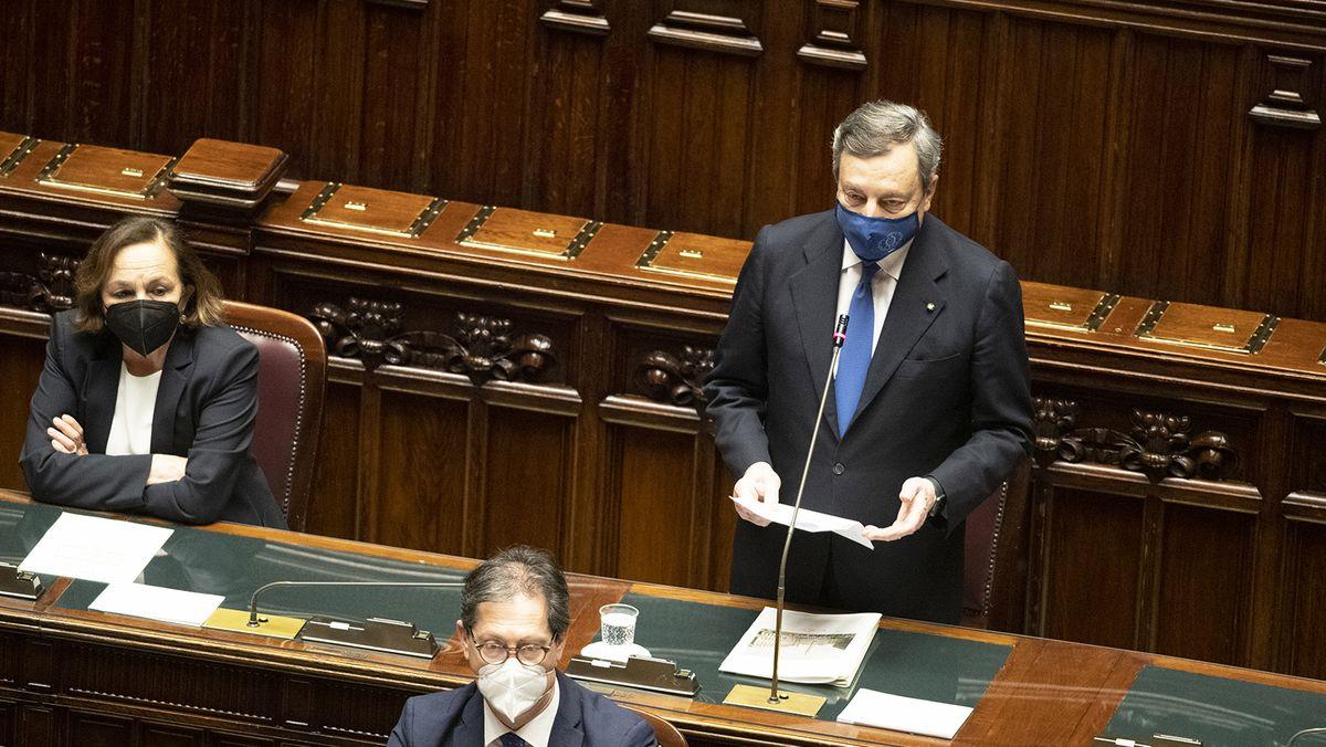 Italiens Regierungschef Mario Draghi (r) im Parlament in Rom