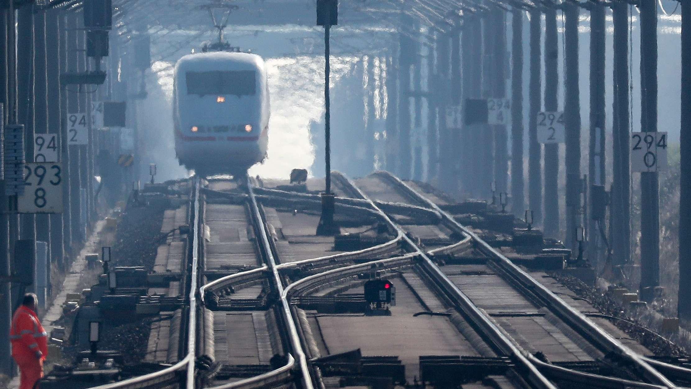 Ein ICE-Zug passiert auf dem Weg von Berlin nach München eine in Bau befindliche Brücke.
