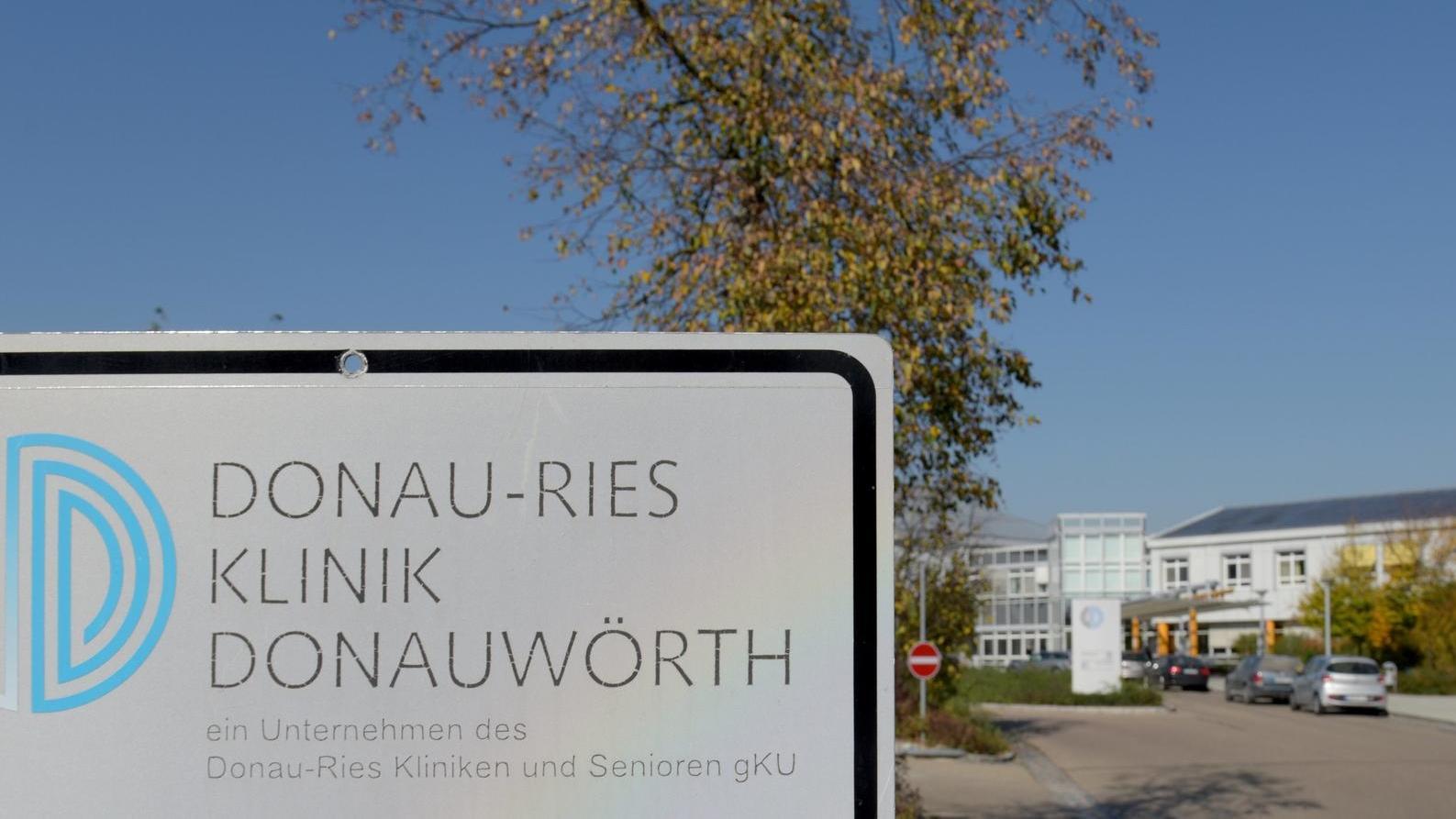 Das Schild Donau-Ries Klinik Donauwörth vor der Klinik