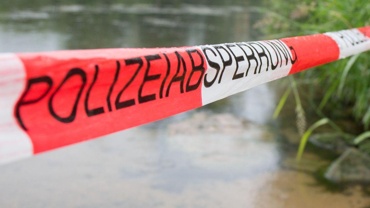 Absperrband der Polizei an einem Kanal