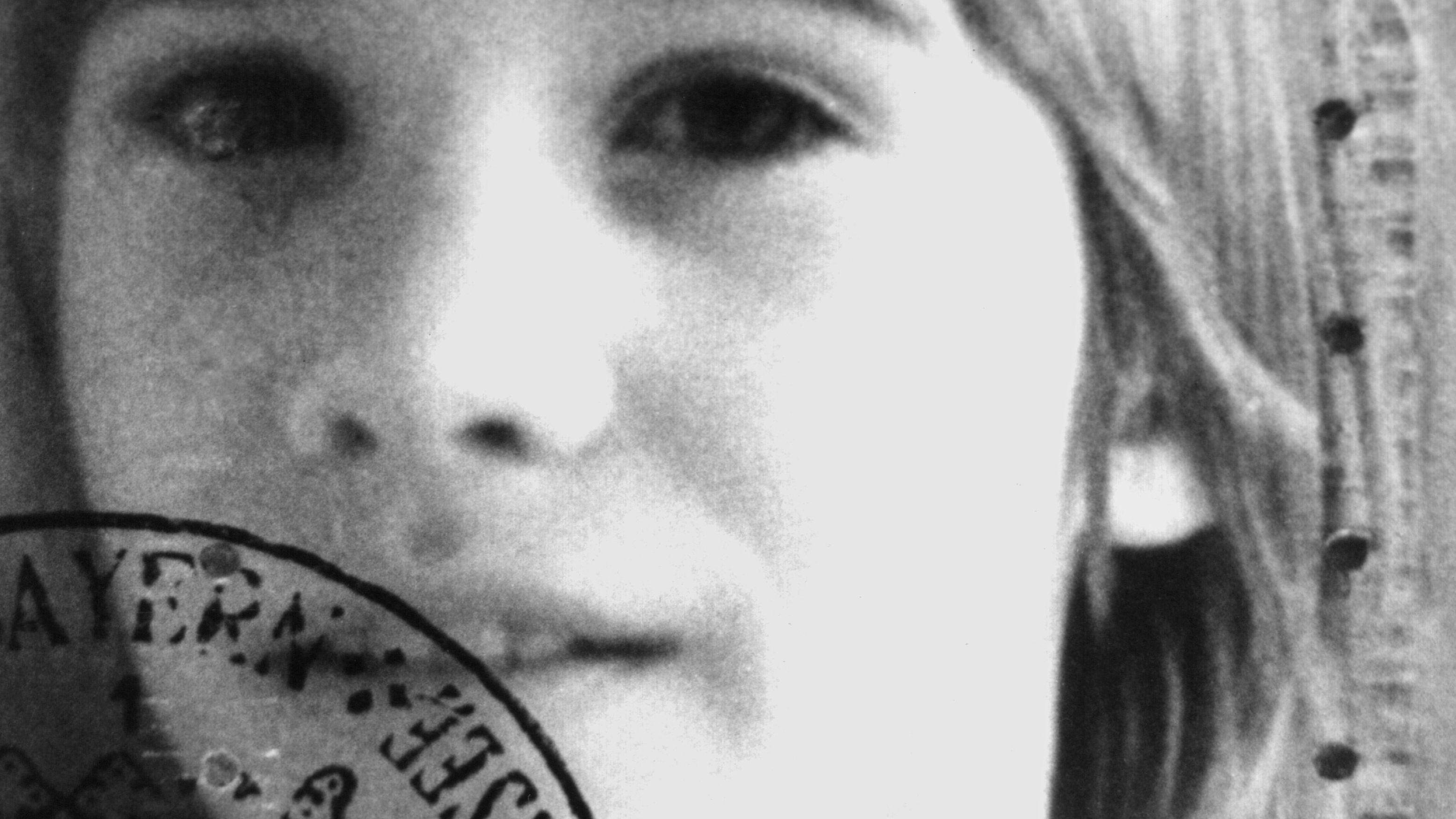 Schwarz-weiß-Aufnahme eines Kindes