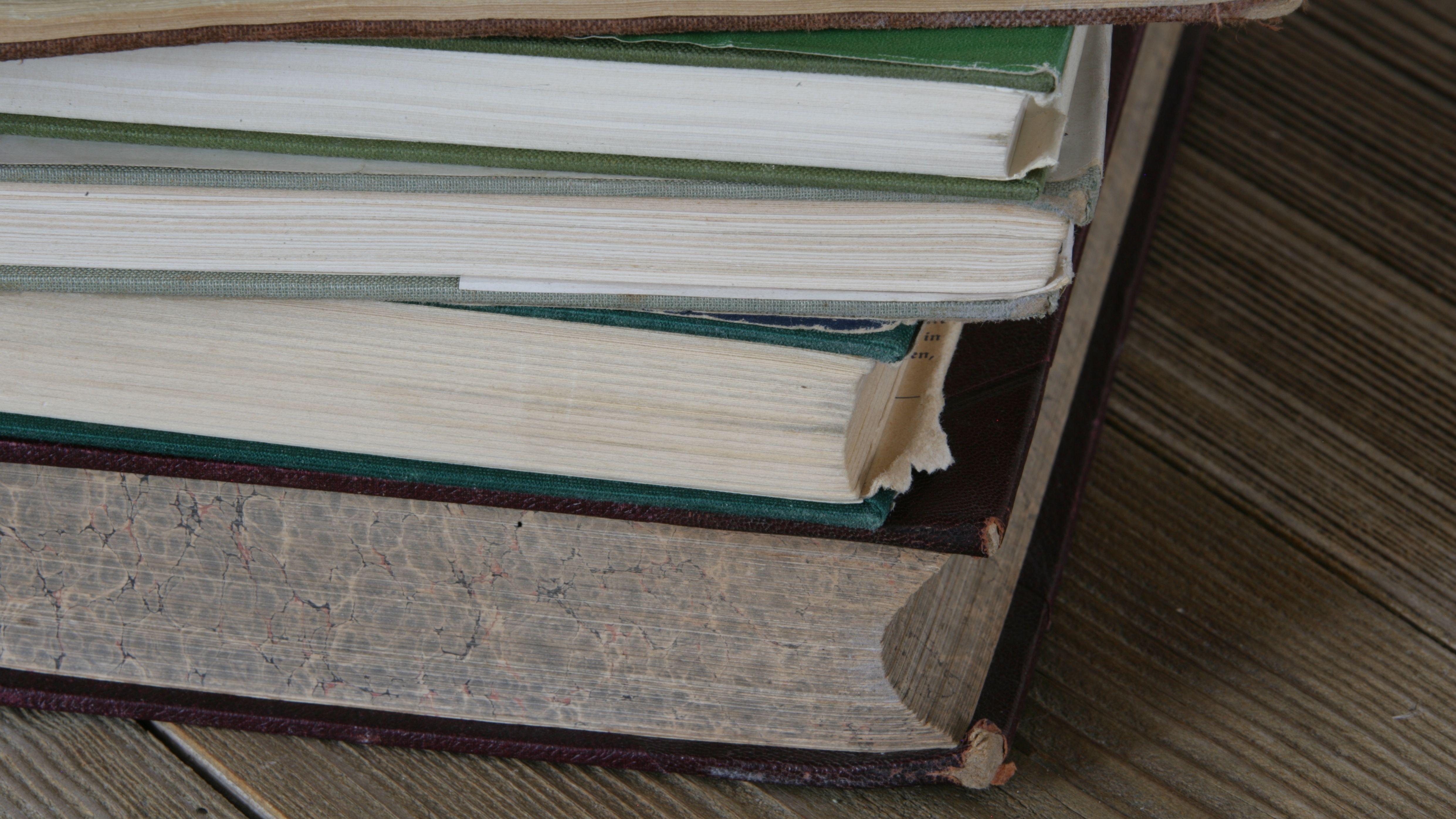 Stapel alter Bücher auf Holztisch
