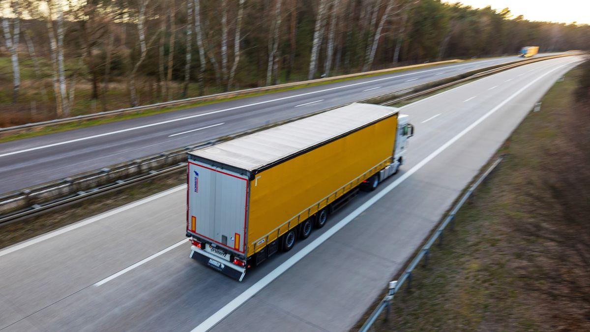 Ein Lkw auf der leeren Autobahn (Symbolbild)