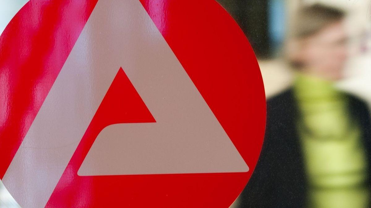 Das Emblem der Arbeitsagentur: ein A auf rotem Hintergrund, dahinter eine Person.
