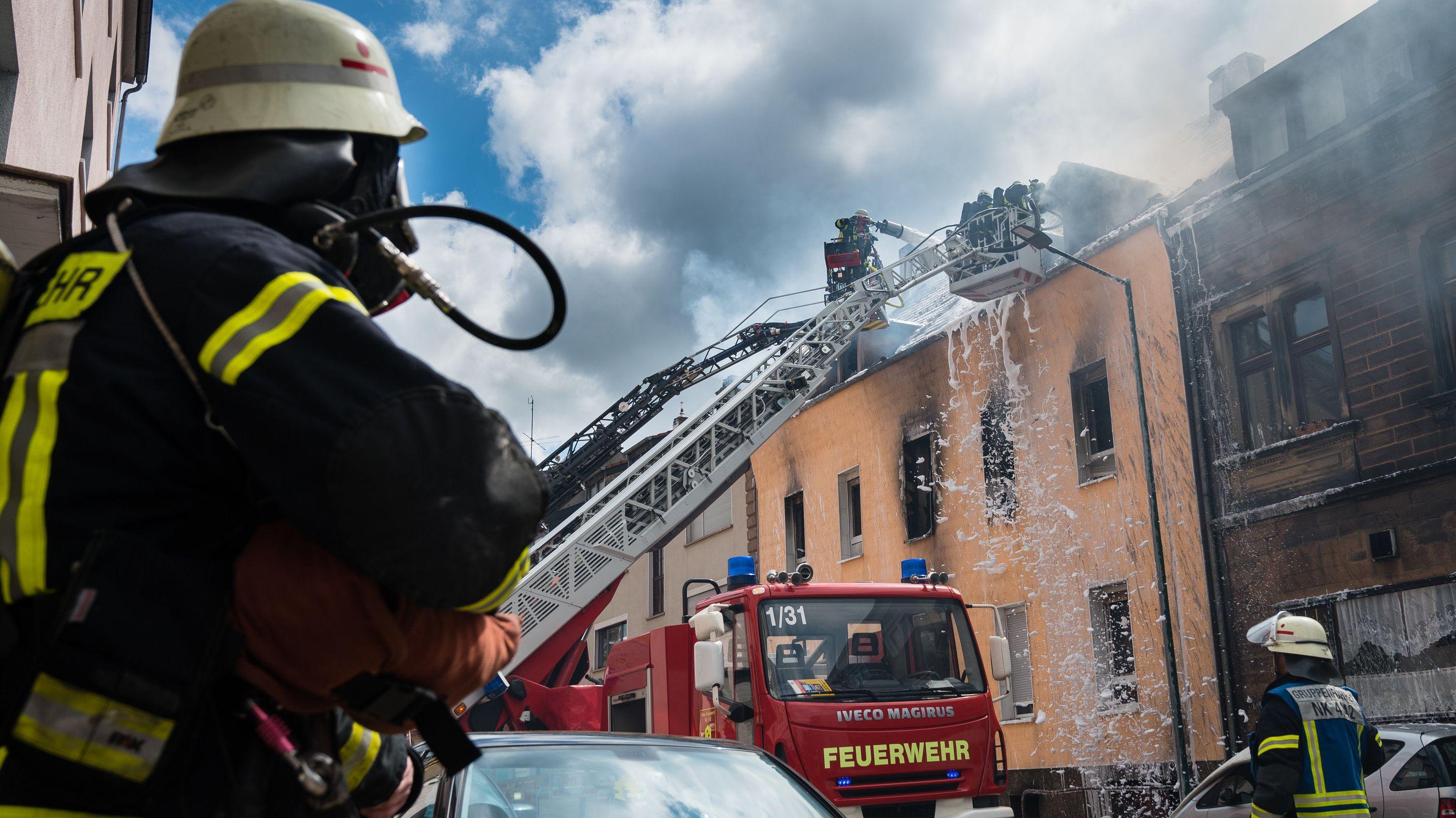Symbolbild: Feuerwehreinsatz bei einem brennenden Haus