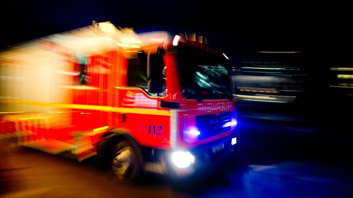 Feuerwehrauto mit Blaulicht (Symbolbild)