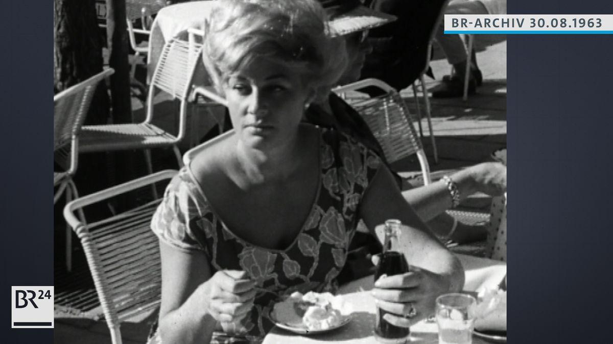 Junge Frau isst ein Eis