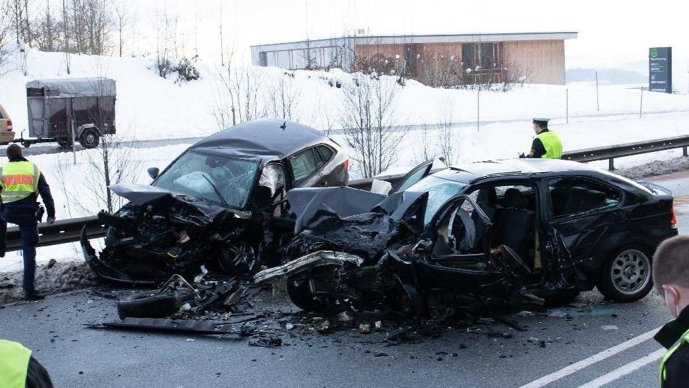 Die völlig zertrümmerten Autowracks nach dem Frontalzusammenstoß