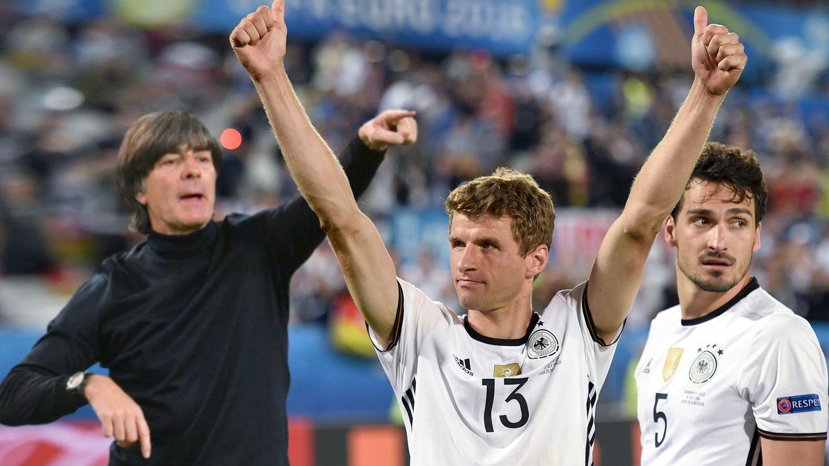 Bundestrainer Joachim Löw, Thomas Müller und Mats Hummels (v.l.n.r.)