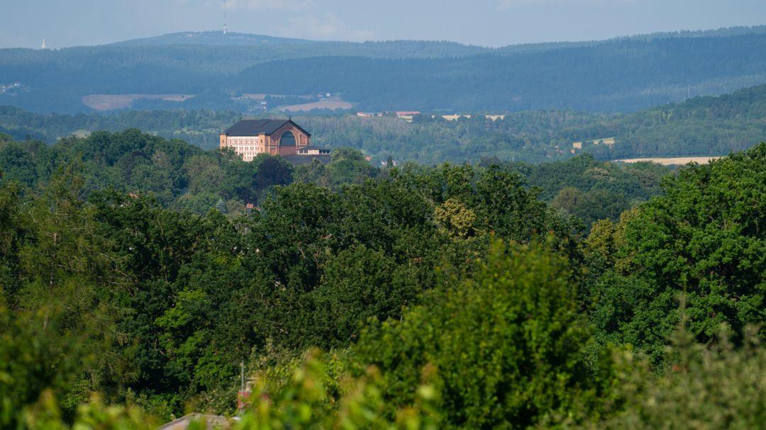 Der Grüne Hügel macht am Tag der Premiere seinem Namen alle Ehre: Bis zum 25. August finden hier die 145 Jahre alten Wagner-Festspiele statt.