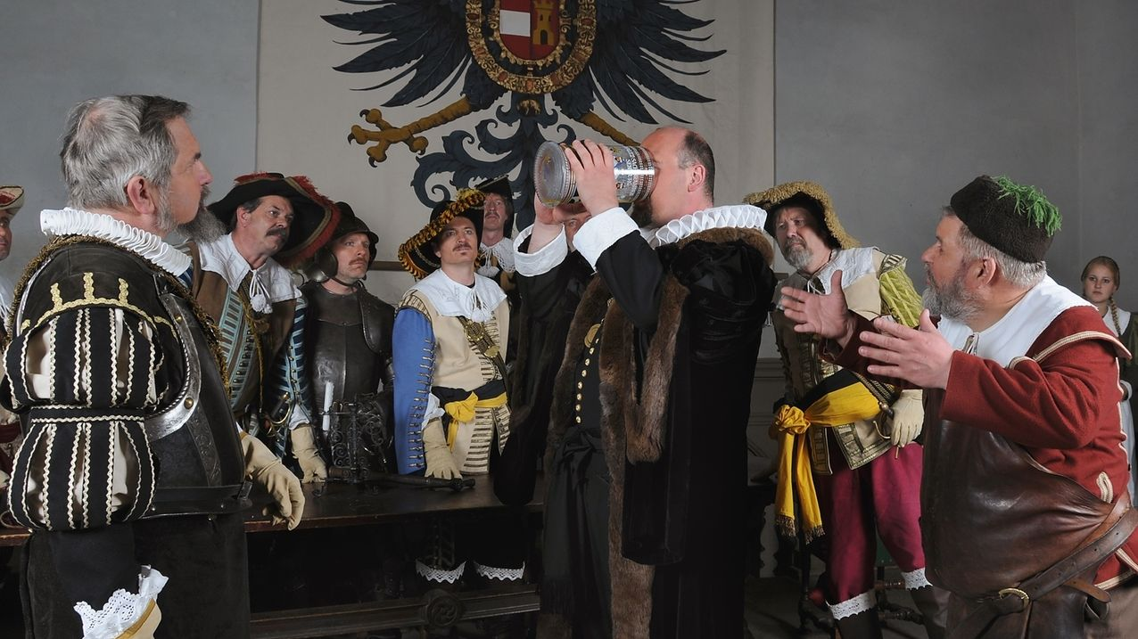 Rothenburger Meistertrunk – Bürgermeister-Darsteller trinkt aus großem Krug