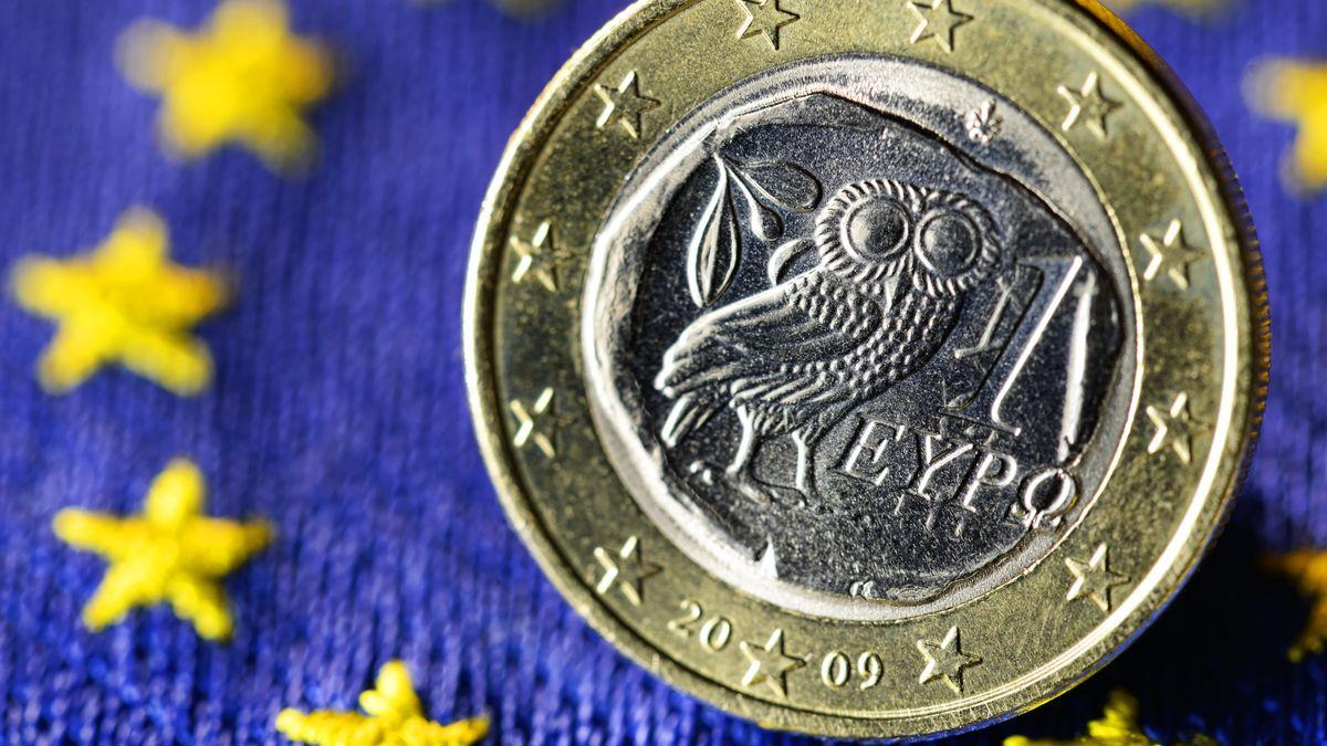 Griechische Euro-Münze vor EU-Fahne