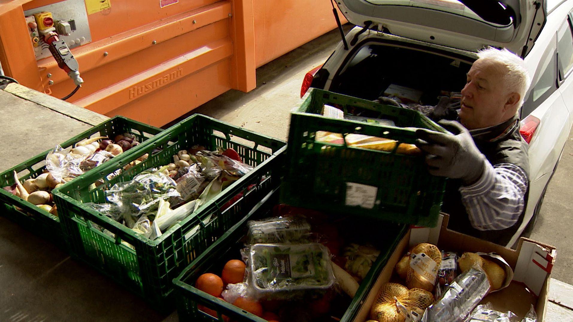"""Jeden Tag landen Tonnen von Lebensmittel, weil nicht rechtzeitig verkauft, auf dem Müll. In Kempten bringen sie die """"Foodsaver"""" lieber in einen Laden für Bedürftige."""