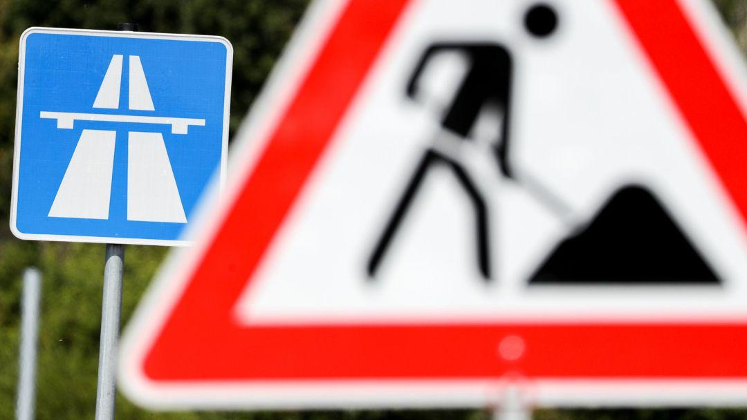 Ein Schild weist auf eine Baustelle auf einer Autobahn hin.