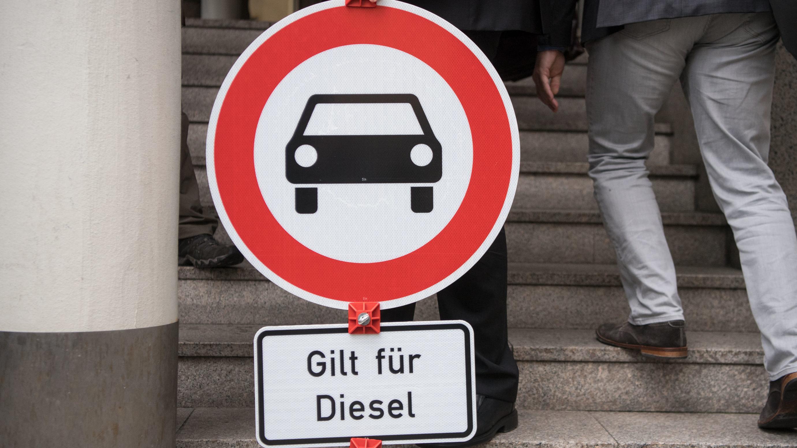 """Ein """"Durchfahrt verboten""""-Schild mit dem Zusatz """"Gilt für Diesel"""" steht vor der Urteilsverkündung in der Klage gegen einen Luftreinhalteplan vor dem Stuttgarter Verwaltungsgericht im Juli 2017."""