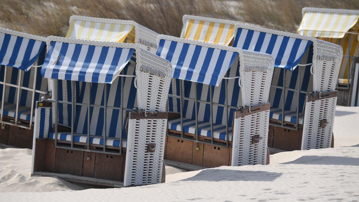 Verschlossene Strandkörbe stehen am Ostseestrand. Wann die Tourismus-Saison wirklich beginnen kann ist offen, zunächst steht ein deutlich verschärfter Lockdown an.