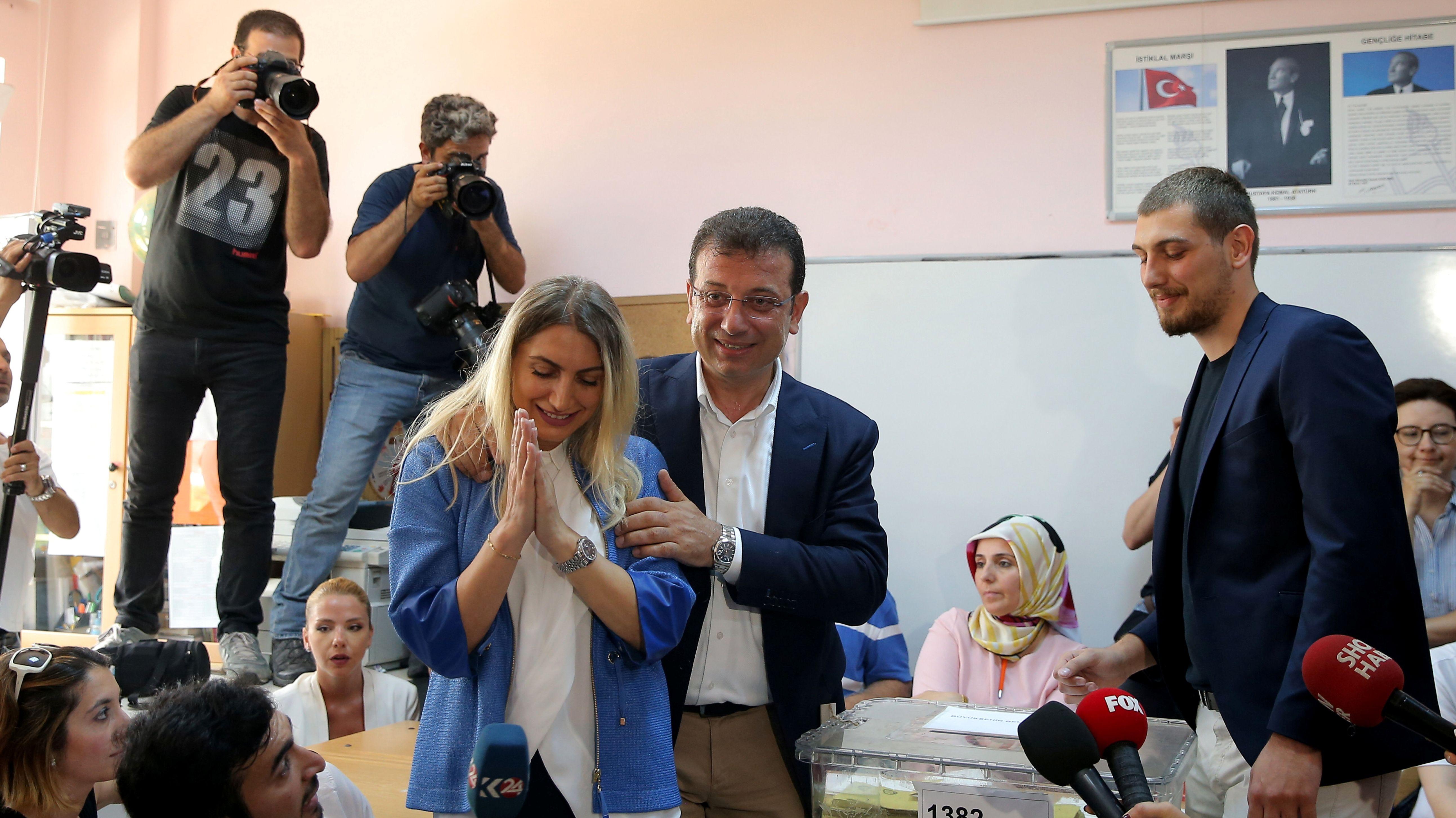 Bürgermeisterkandidat Ekrem Imamoglu bei der Abgabe seiner Stimme in Istanbul