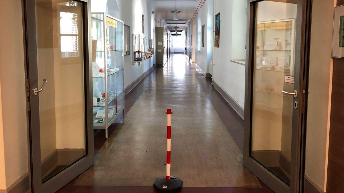 Das Würzburger Röntgen-Gymnasium muss wegen zwei Corona-Fällen vorerst schließen.