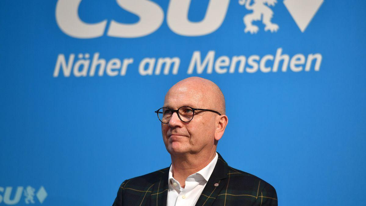 """Uwe Brandl (Präsident des Deutschen Staedte- und Gemeindebunds), hier bei einer CSU-Vorstandssitzung im Januar 2020. Der Slogan """"Näher am Menschen"""" hat mit der Diskussion um seinen Überwachungsvorschlag nichts zu tun."""