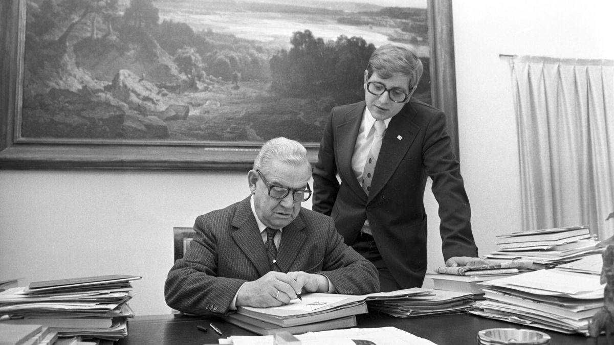 1974: Bayerns Ministerpräsident Alfons Goppel (CSU) in seinem Arbeitszimmer - neben ihm Sohn Thomas, damals jüngster Landtagsabgeordneter.