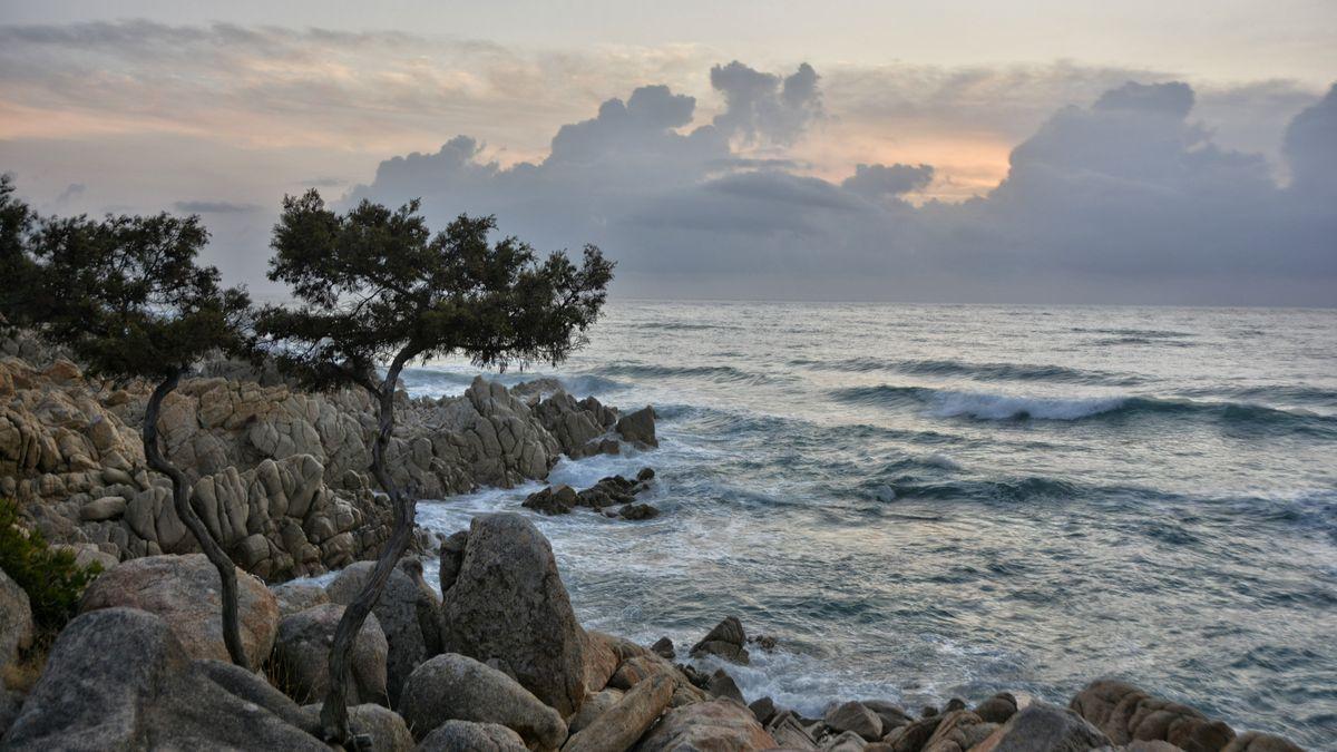 Wilde Wolkenstimmung über dem Meer.