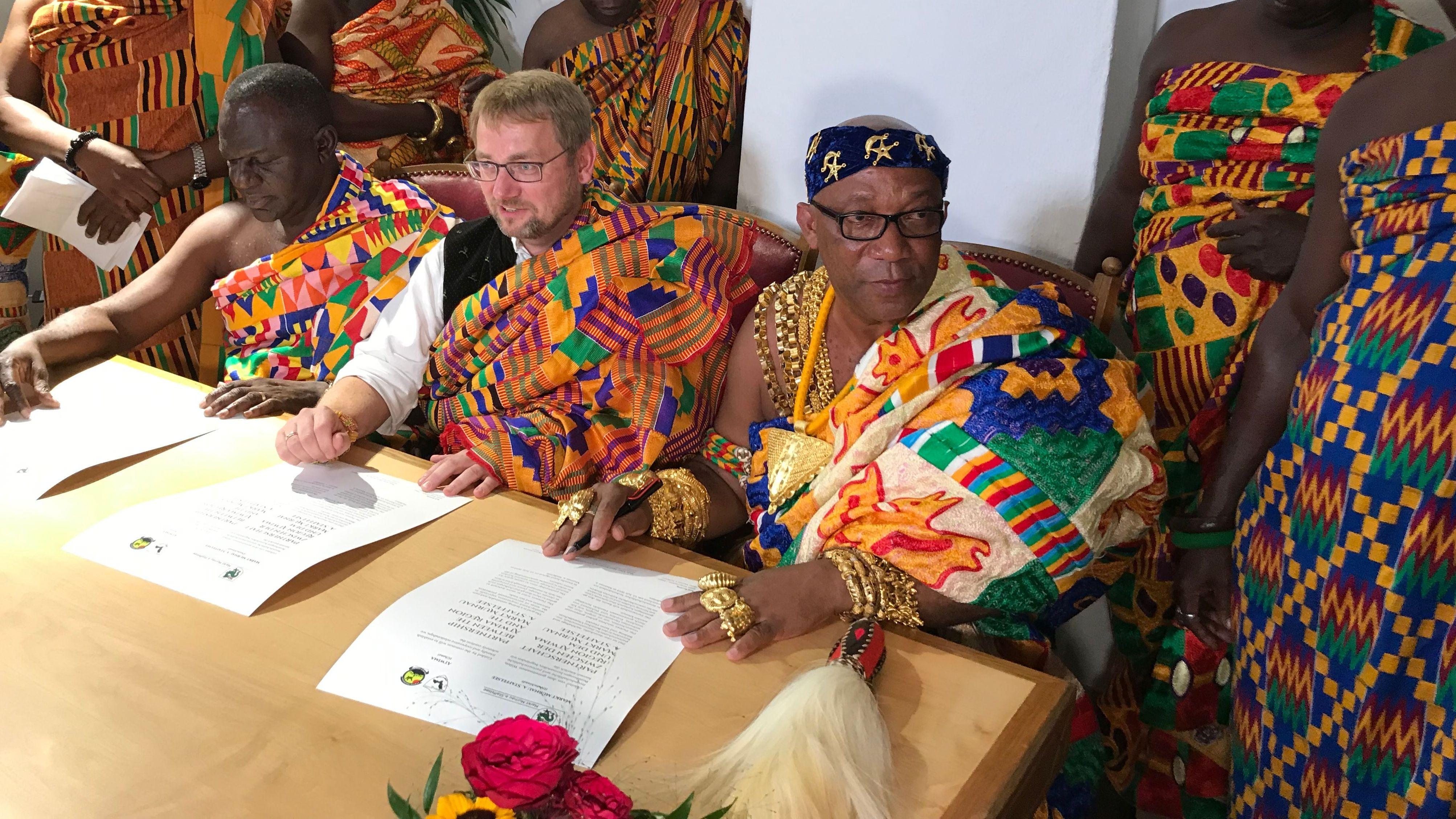 Murnaus Bürgermeister Rolf Beuting und Regionalkönig Nana Antwi Agyei Brempong II mit seiner Delegation