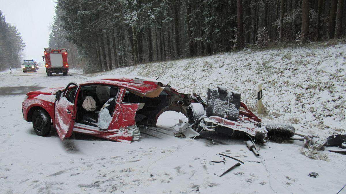 Unfall in Seubersdorf: Dieses Auto prallte mit einem Schulbus zusammen.