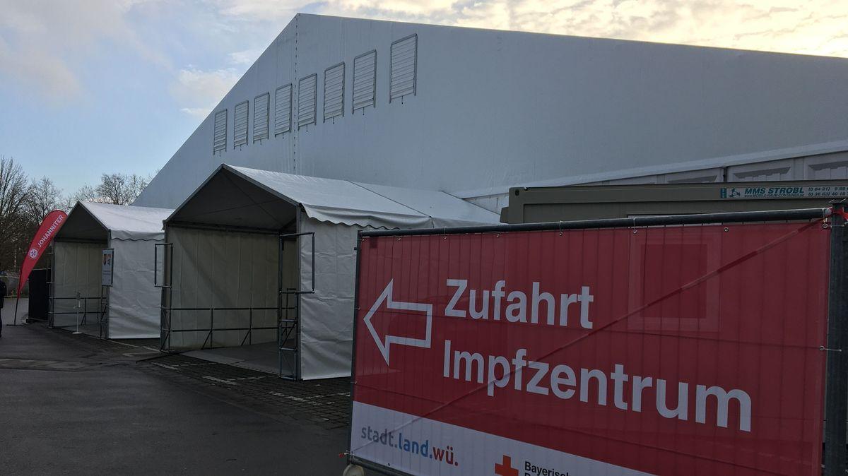 Eingang zum Corona-Impfzentrum auf der Talavera in Würzburg.