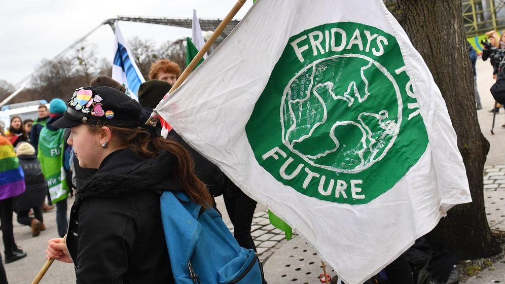 Jugendiche bei einer Fridays for Future-Demo | Bild:Sven Simon/Frank Hoermann/dpa