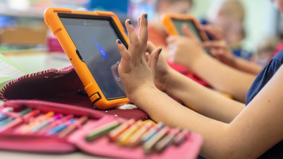 Schülerin tippt auf ein Tablet | Bild:pa/dpa/Armin Weigel