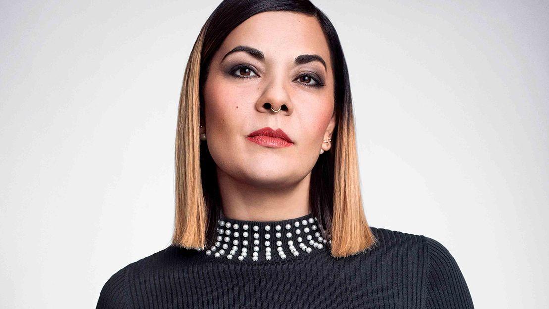 Porträt von Reyhan Şahin aka Dr. Bitch Ray: Die Autorin blickt selbstbewusst frontal in die Kamera