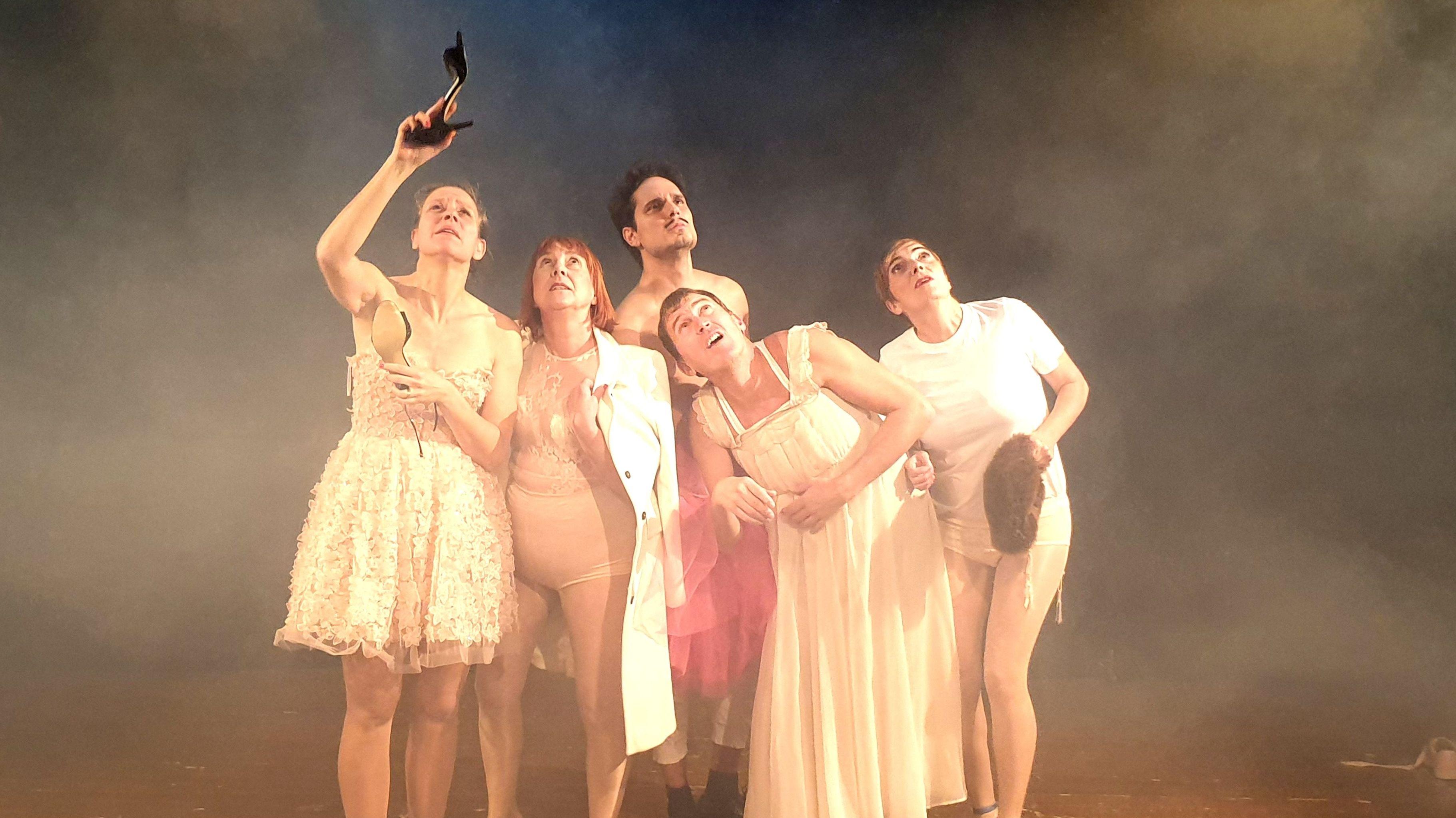 """Bühnenszene aus """"Trotz des großen Erfolges - eine Revue des Scheiterns"""" mit fünf Schauspielern in Unterwäsche, die nach oben schauen."""
