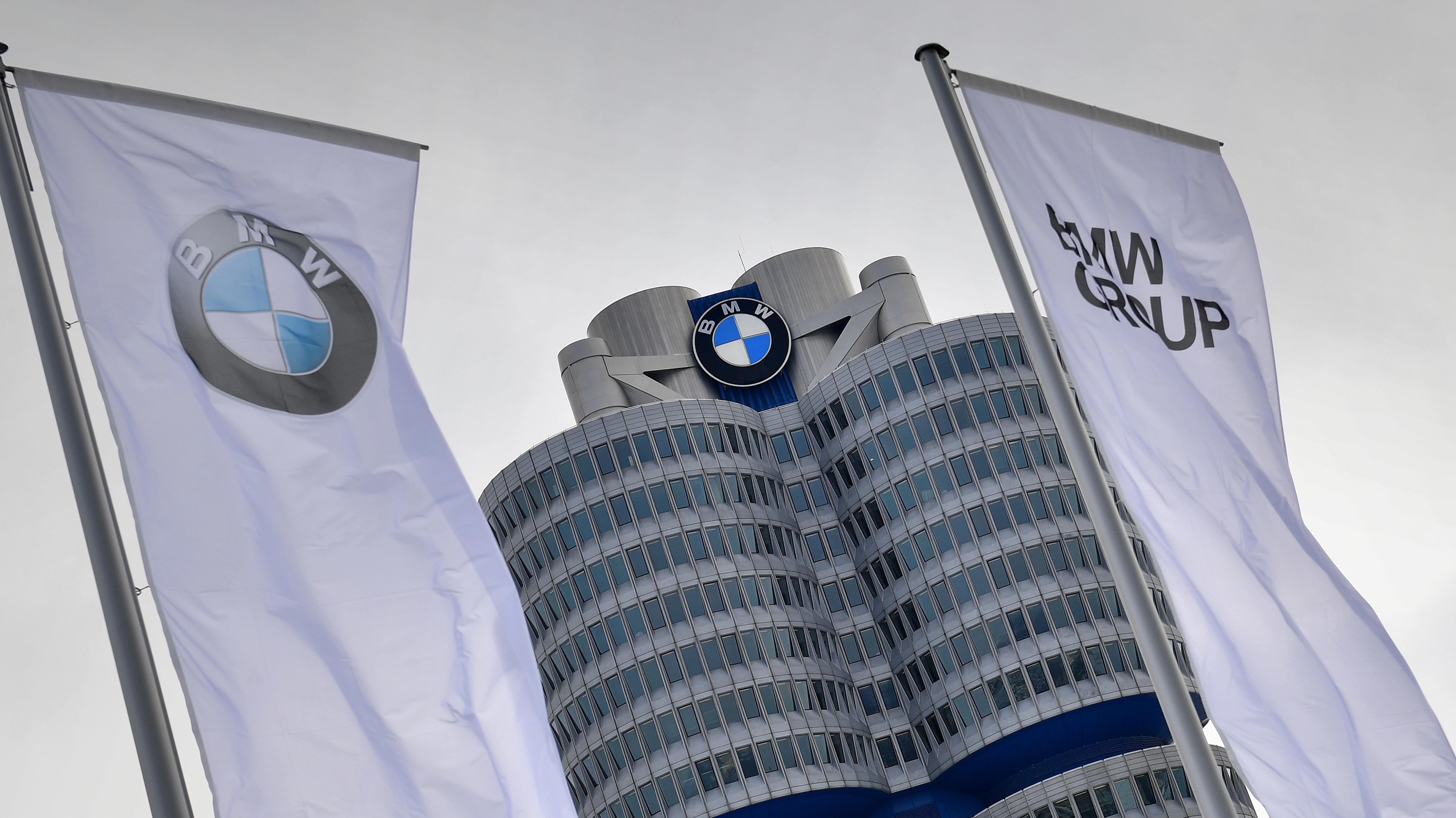 BMW-Logo vor der Konzernzentrale in München
