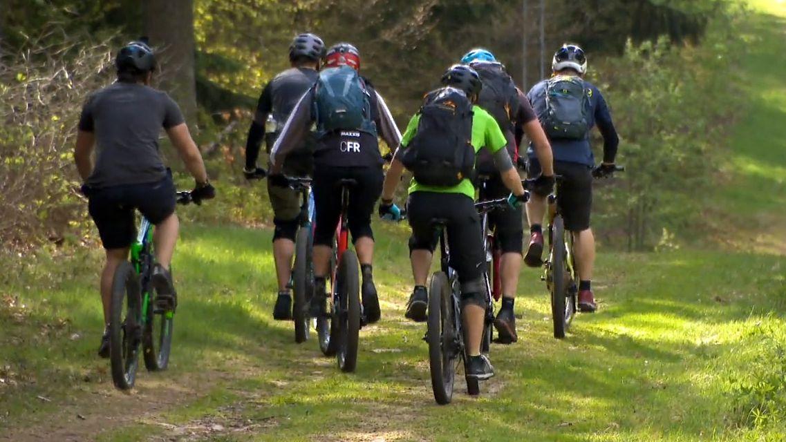 Mountainbike-Fahrer sind in einer Gruppe unterwegs.