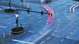 Ein Auto beim Abbiegevorgang (Symbolbild) | Bild:pa/blickwinkel/S. Ziese