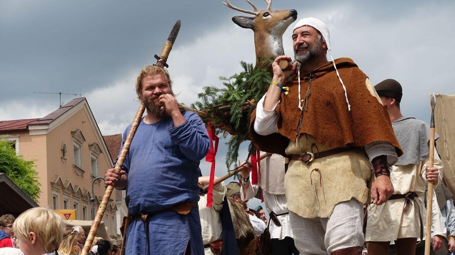"""""""Auf Heller und Barde"""" heißt es beim Mittelalterfest im niederbayerischen Arnstorf, wo sich drei Tage lang mutwillige Ritter ins Turnier stürzen."""
