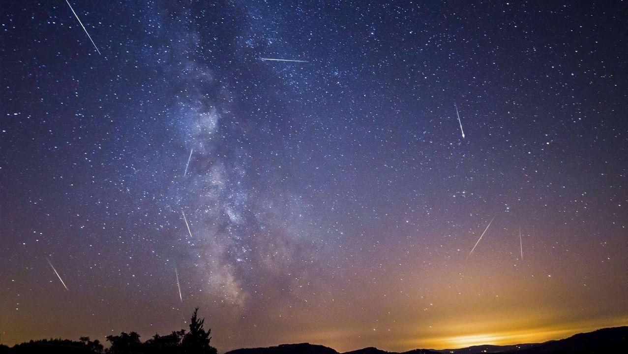 Sternschnuppen flitzen übers Firmament: Zum Höhepunkt eines Meteorschauers sind zahlreiche Sternschnuppen zu sehen.