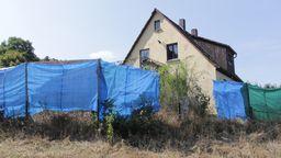 Das Wohnhaus von Rainer W. ist mit Planen und Zäunen gegen Hater und ihre Angriffe geschützt. | Bild:BR/Julia Gürster
