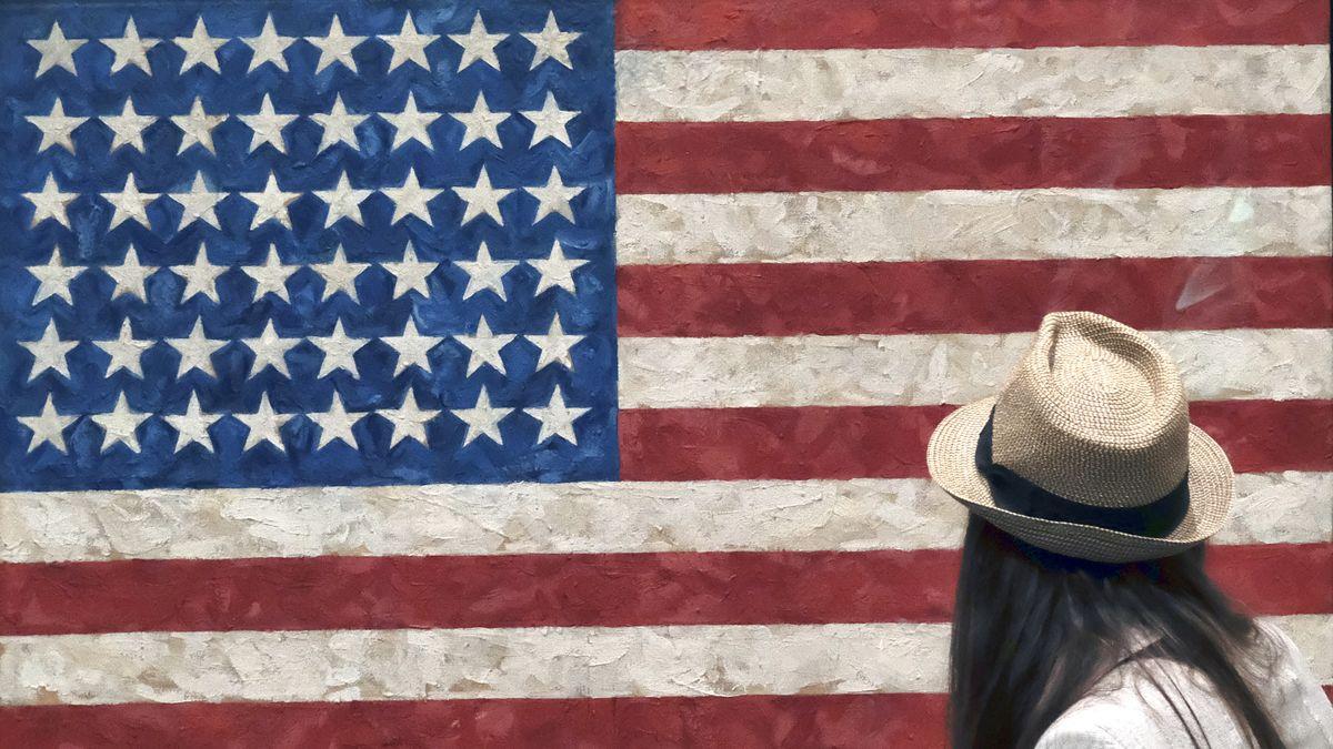 """Eine junge Frau mit Hut betrachtet Jasper Johns """"flag"""" von 1954"""