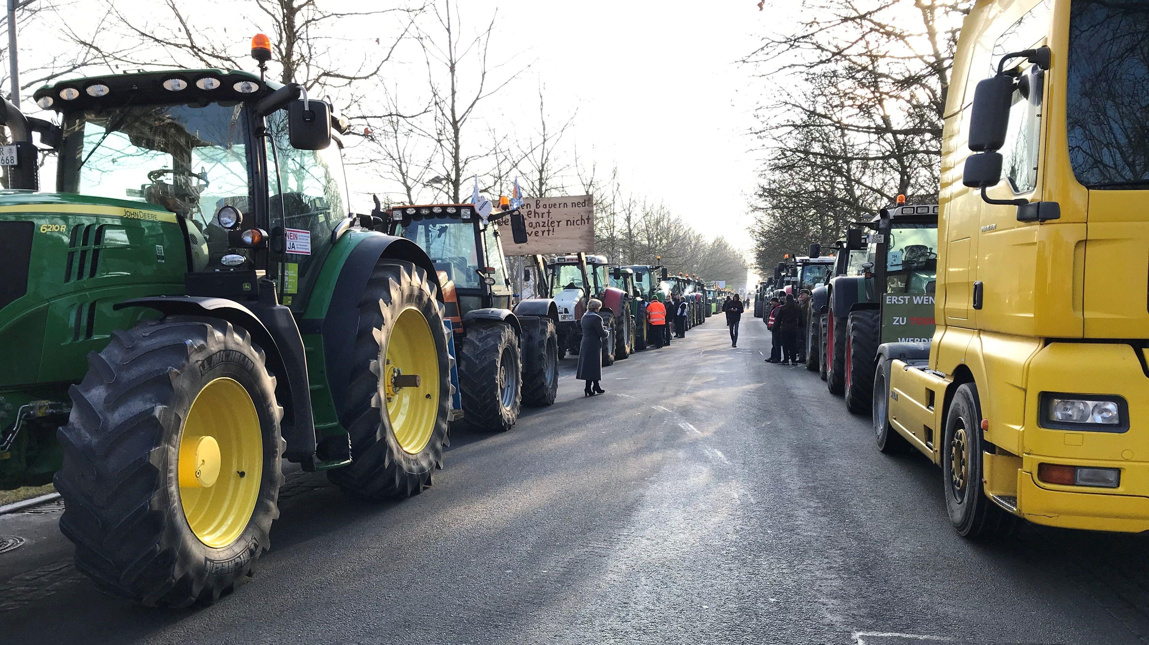 Traktoren haben sich rund um die Stadthalle in Position gebracht