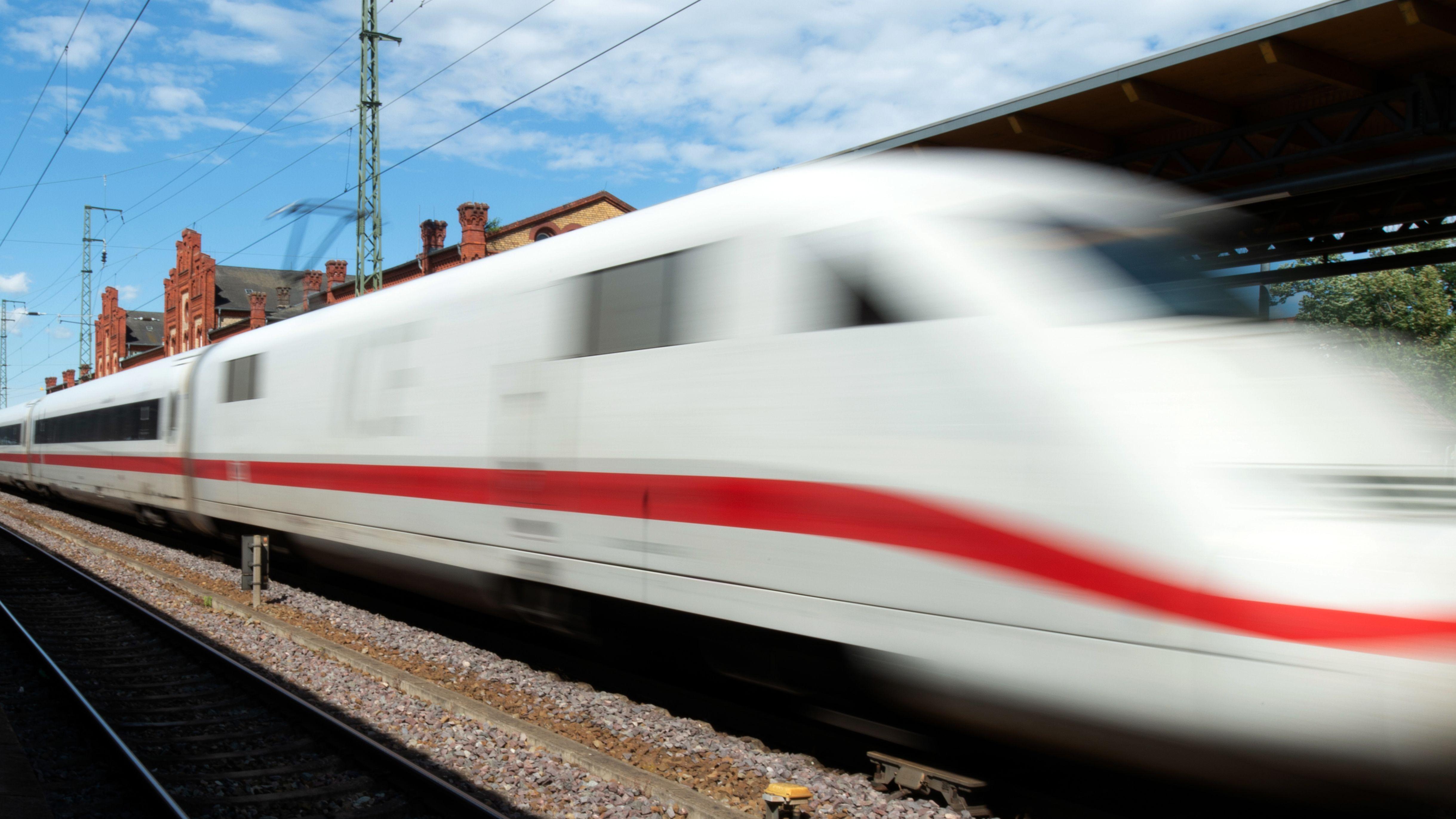 Symbolbild eines durchfahrenden ICE der Deutschen Bahn