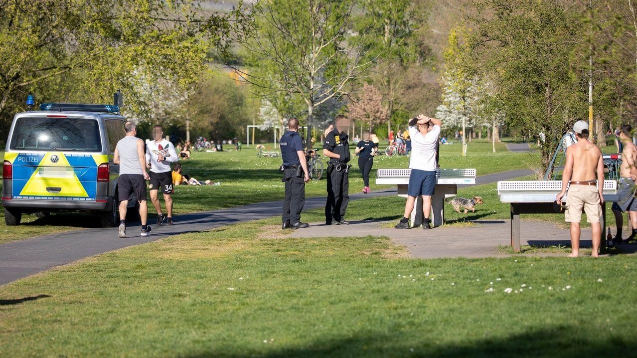 Die Polizei kontrolliert Corona-Regeln an Ostern auf den Mainwiesen in Würzburg.