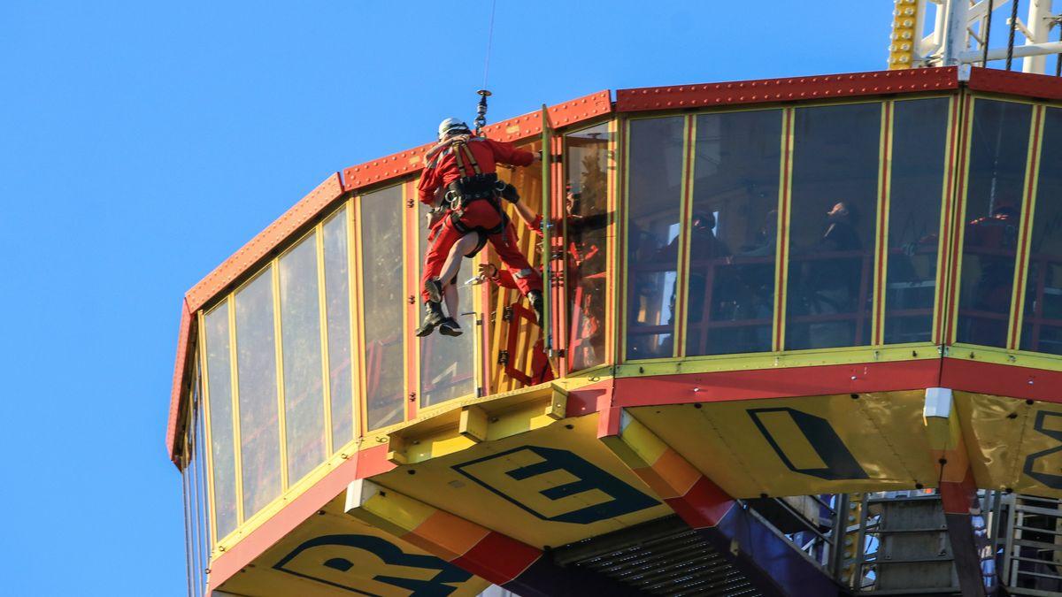Ein Feuerwehrmann wird von einem Hubschrauber abgeseilt