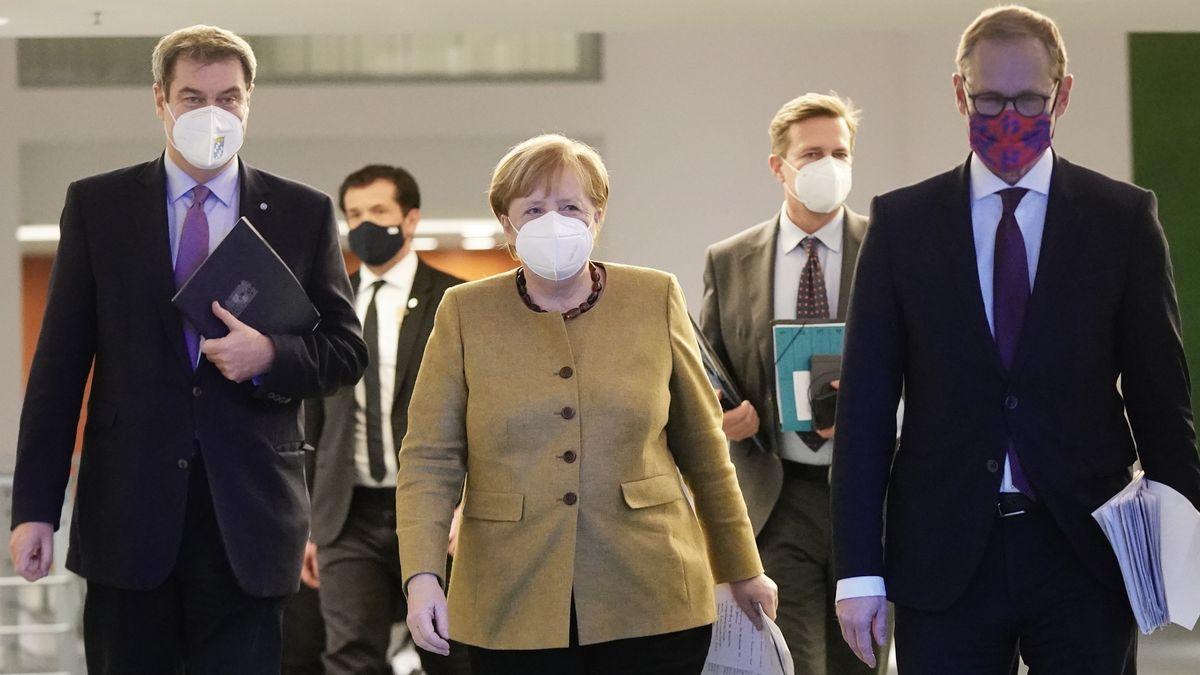 Bundeskanzlerin Merkel mit Bayerns Ministerpräsident Söder und dem Regierenden Bürgermeister von Berlin, Müller