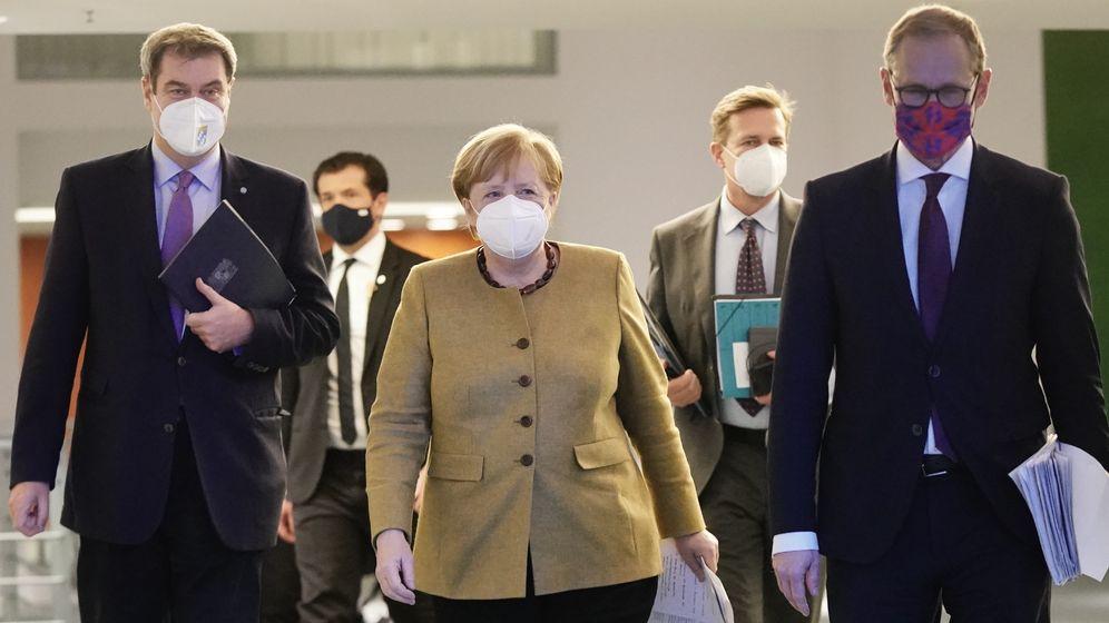 Bundeskanzlerin Merkel mit Bayerns Ministerpräsident Söder und dem Regierenden Bürgermeister von Berlin, Müller | Bild:pa/dpa/dpa-pool/Michael Kappeler