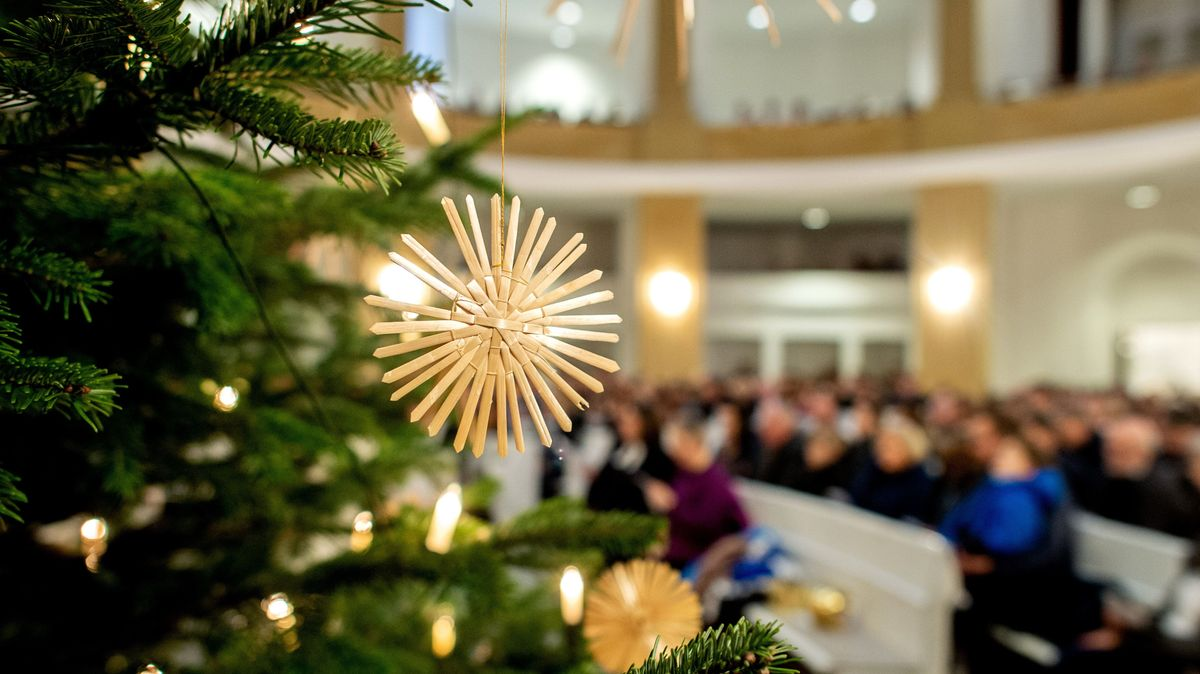 Strohschmuck an einem Tannenbaum in einer Kirche.
