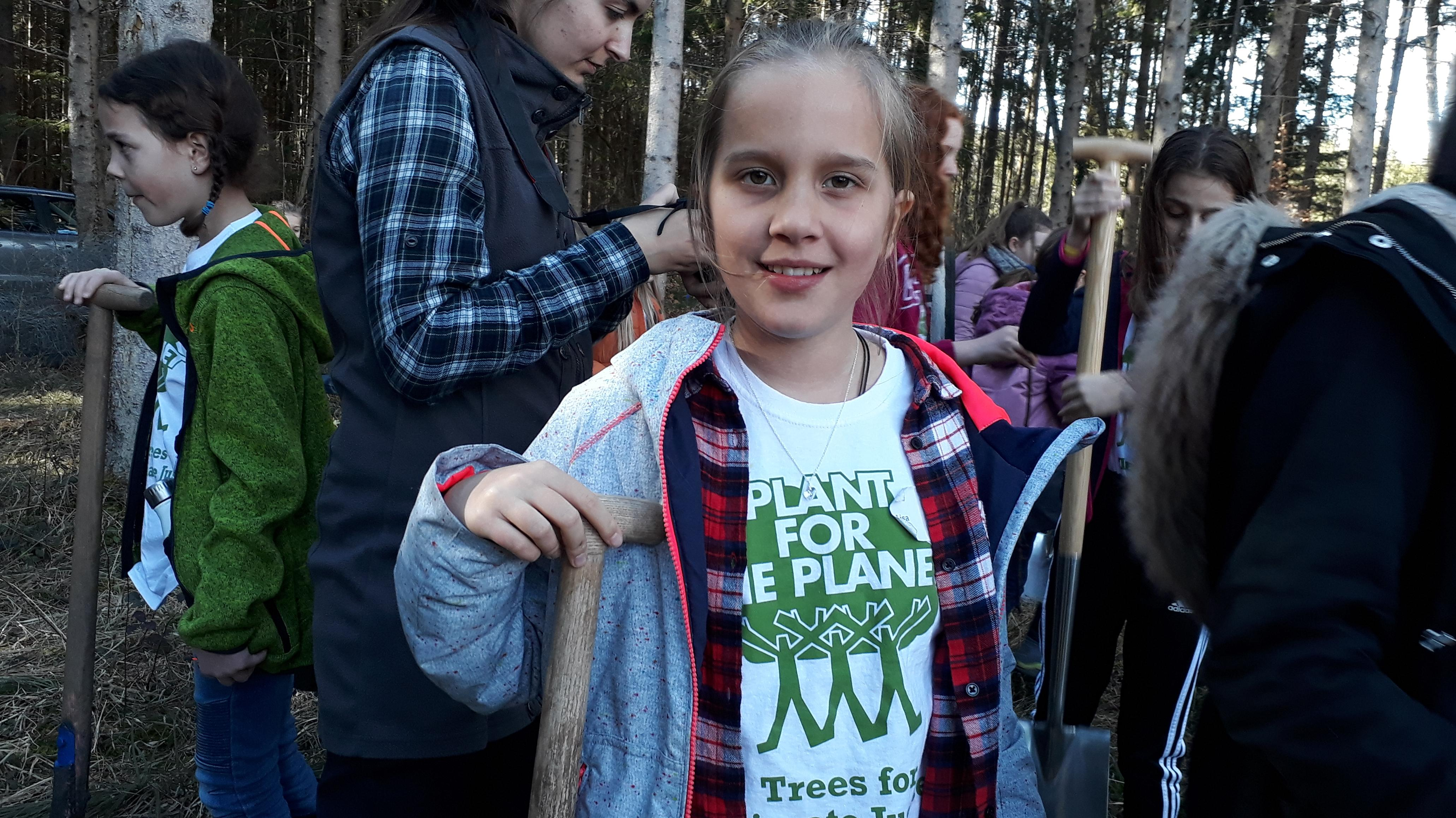 Viele neue Bäume - von Kindern gepflanzt
