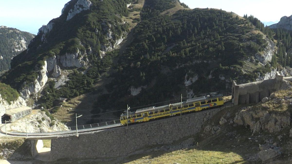 Der gelbe Doppeltriebwagen der Wendelsteinbahn auf dem Weg zum Gipfel