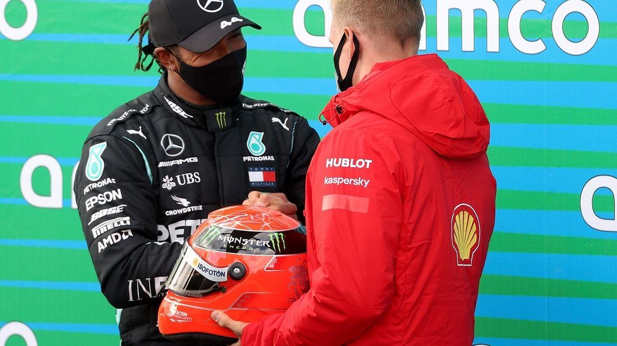 Mick Schumacher gratuliert Lewis Hamilton und überreicht den Helm seines Vaters
