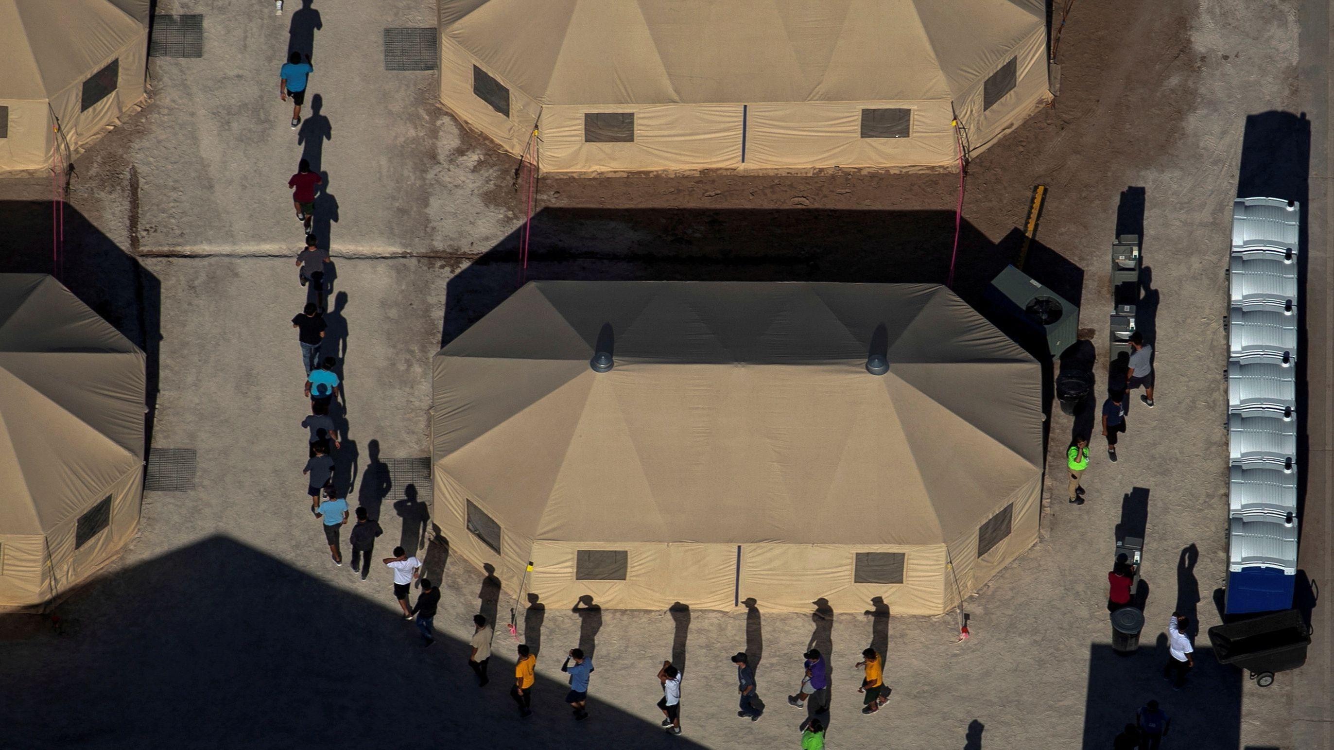 Kinder in einem Lager an der mexikanischen Grenze
